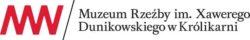 """Podłużne logo. Zaczynając od lewej, czerwone litery M i W połączone ze sobą w jedność. Po ukośnej kresce tekst """"Muzeum Rzeźby im. Xawerego Dunikowskiego w Królikarni"""""""